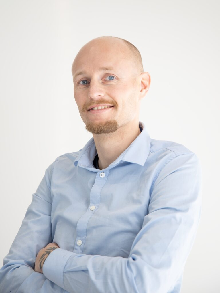 Hans is an experienced forwarder who likes a challenge and busy working days. He prefers to travel all over the world to get to know the different people and cultures.